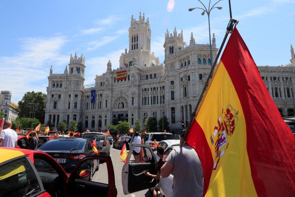 Manifestación en coche promovida por Vox en Madrid contra la gestión del Gobierno en la pandemia del coronavirus, tras obtener permiso de la Justicia o las delegaciones del Gobierno, en la primera convocatoria de protestas políticas autorizada durante la vigencia del estado de alarma.