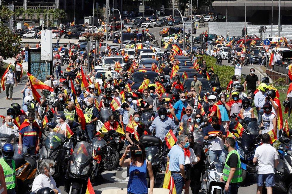 Miles de personas participan este sábado en Madrid en una de las manifestaciones promovidas por Vox contra la gestión del Gobierno en la pandemia del coronavirus, tras obtener permiso de la Justicia o las delegaciones del Gobierno, en la primera convocatoria de protestas políticas autorizada durante la vigencia del estado de alarma.