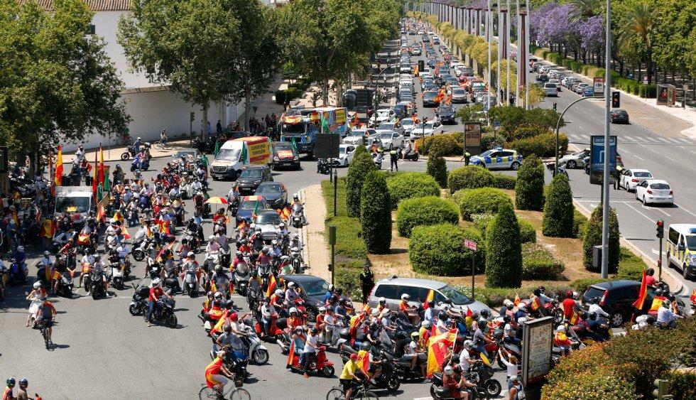 Fin de la manifestación en la Plaza de Cayetana de Alba en la  caravana de coches convocada por Vox contra la gestión del Gobierno de Pedro Sánchez en la crisis del coronavirus.