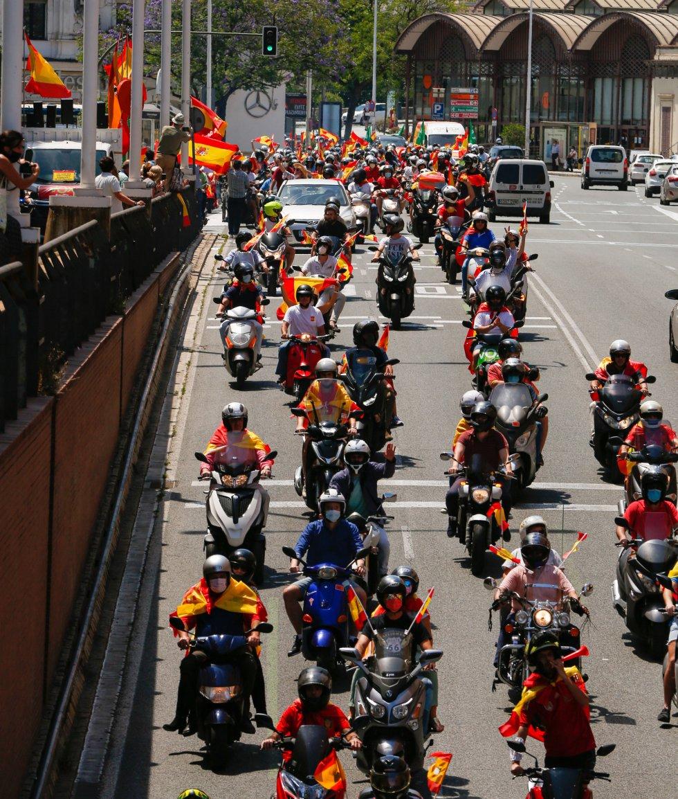 Por el túnel de Arjona (Sevilla) la caravana de coches convocada por Vox contra la gestión del Gobierno de Pedro Sánchez en la crisis del coronavirus.