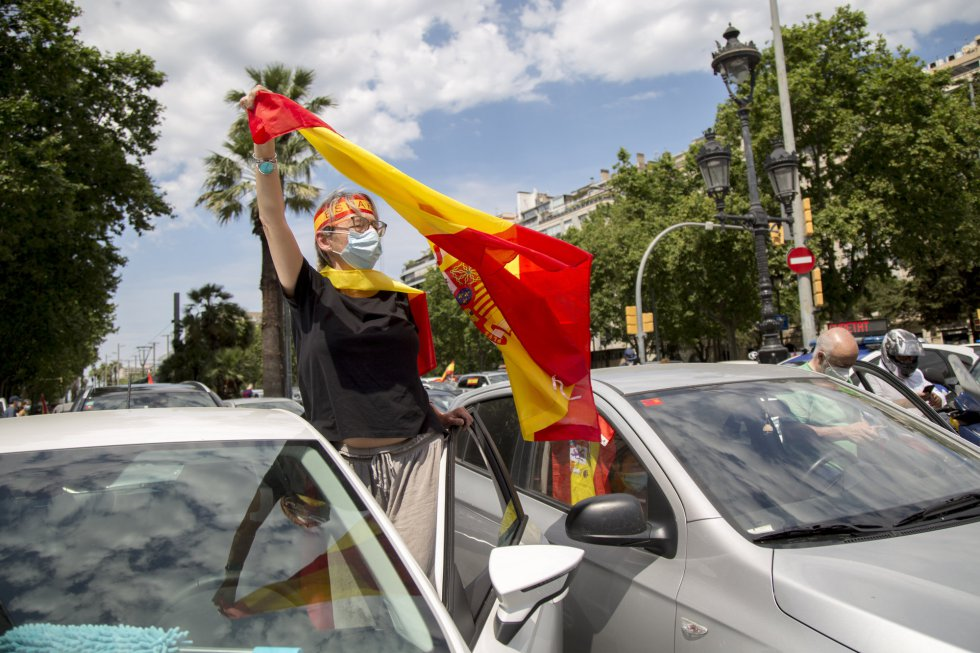 """Manifestación a bordo de vehículos convocada por Vox bajo el lema """"Caravana por España y su libertad"""" que ha discurrido esta mañana por las calles de Barcelona."""