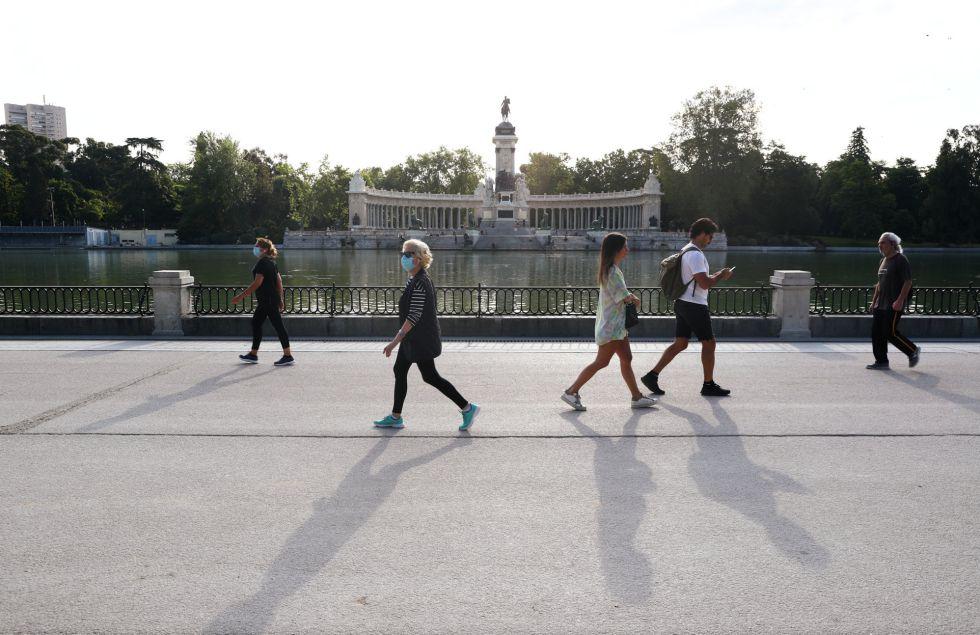 Los primeros paseantes disfrutan del parque de El Retiro de Madrid en su reapertura a primera hora de la mañana de este lunes, tras más de dos meses cerrado.