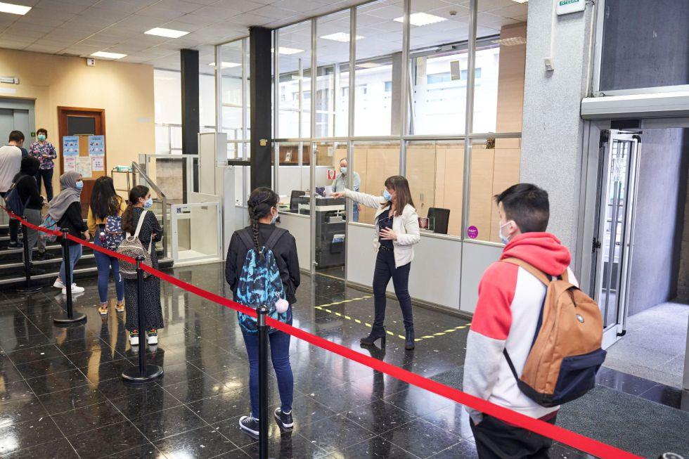 Imagen cedida por el Gobierno Vasco del centro IES Bertendona de Bilbao, donde este lunes se incorporan a las clases alumnos de 2ª de Bachillerato y de varios grados de Formación Profesional con la entrada de Euskadi en la fase 2 de desescalada de la alerta sanitaria.