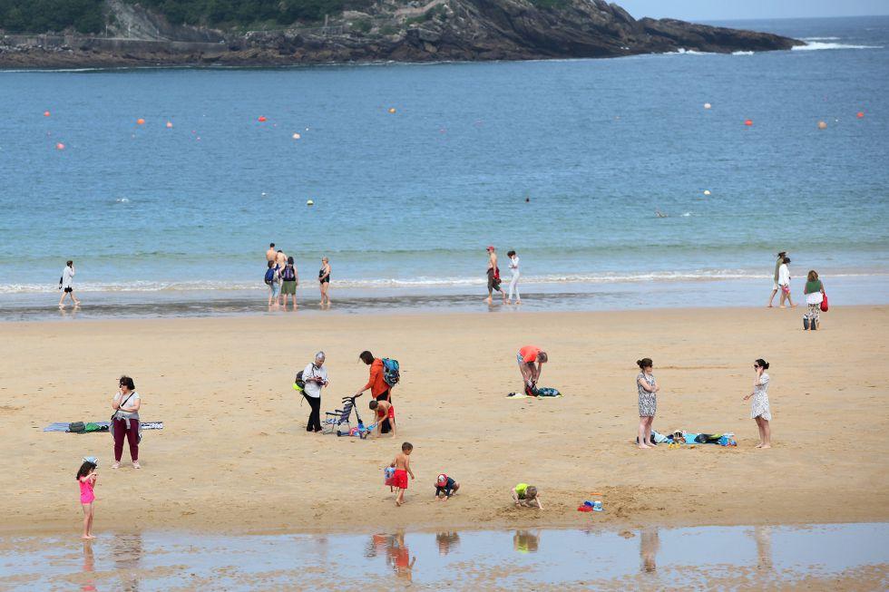 Bañistas en la Playa de la Concha durante el primer día de la Fase 2.