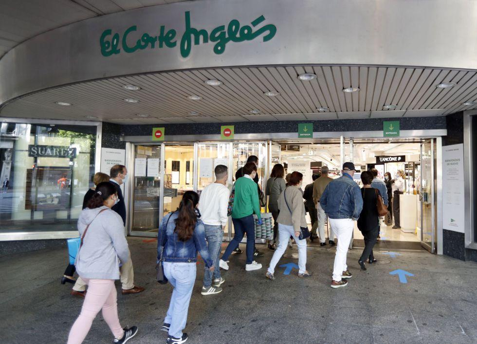 Algunos clientes entran en un centro comercial de El Corte Inglés en Bilbao al reabrir sus puertas en el primer día de fase 2.