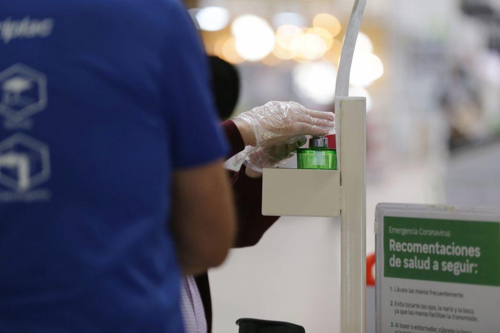 Una persona se desinfecta las manos en el interior de una tienda de Leroy Merlín del Centro Comercial El Boulevard en Vitoria-Gasteiz (Álava) en el primer día de la Fase 2 de desescalada en el País Vasco.