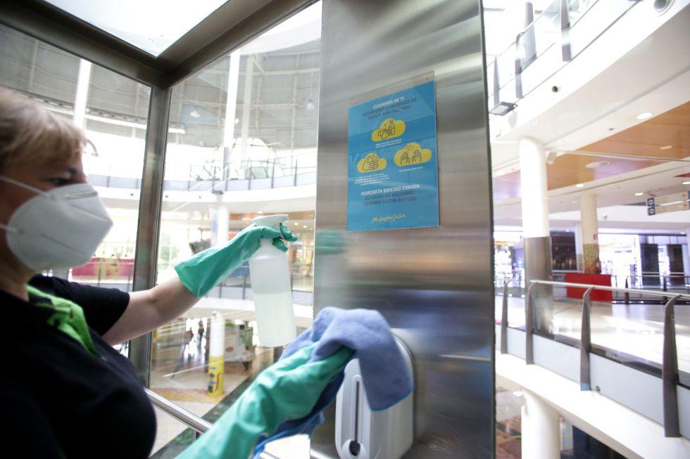 Una trabajadora limpia y desinfecta el interior de un ascensor del Centro Comercial El Boulevard de Vitoria-Gasteiz (Álava).
