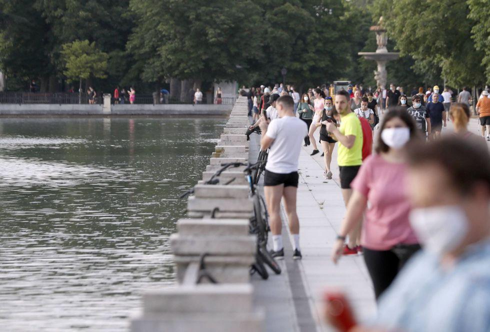 Madrileños y madrileñas disfrutan de voler a pasear y hacer deporte en el madrileño parque de El Retiro durante la primera jornada del paso a la fase 1 de Madrid.