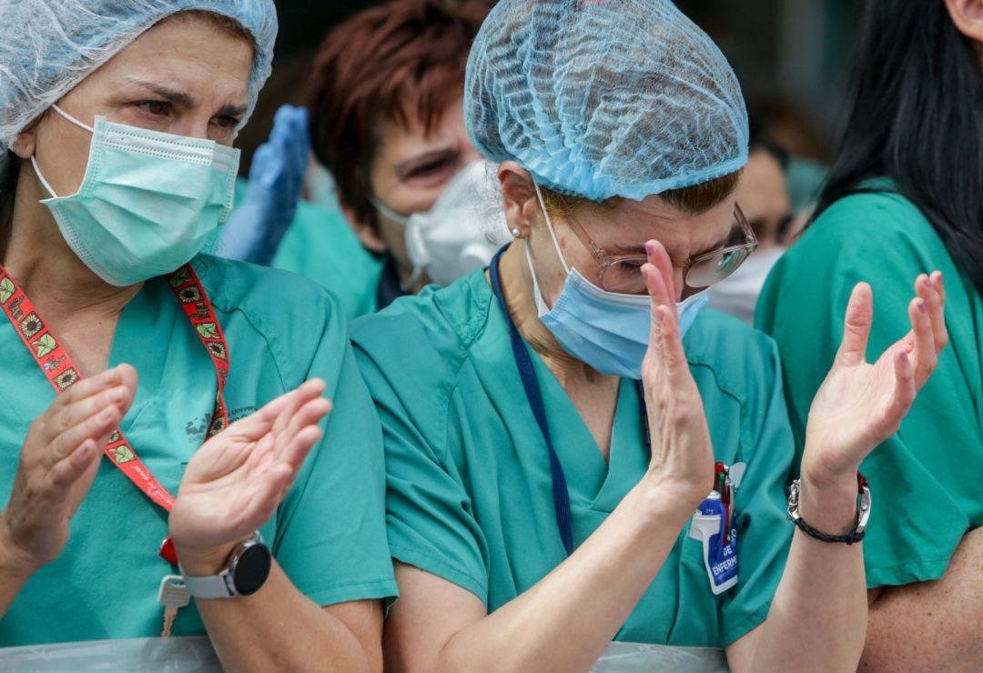 Sanitarios del Hospital Severo Ochoa de Leganés aplauden durante el homenaje al enfermero de quirófano de 57 años fallecido por Covid-19