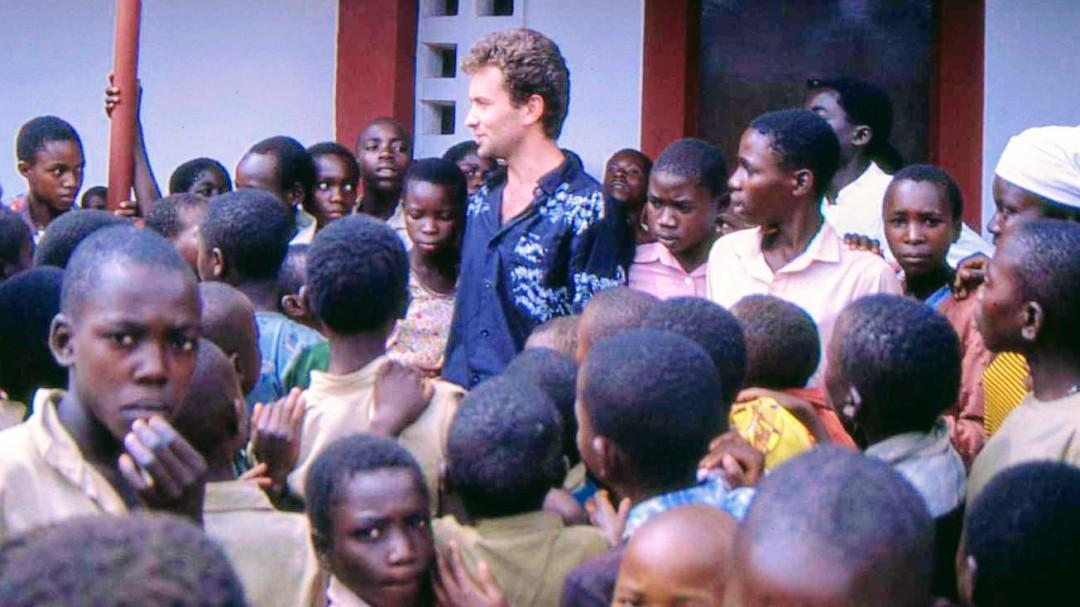 """""""Tenía que hacer una cesárea, no había luz y la salvó"""": las impactantes historias de Fernando Simón en Burundi"""