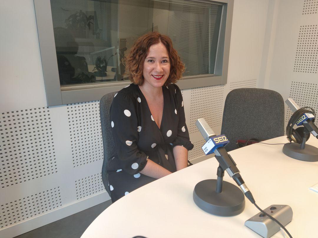 Cristina Laborda, delegada de Bienestar Social, en los estudios de Radio Irun.