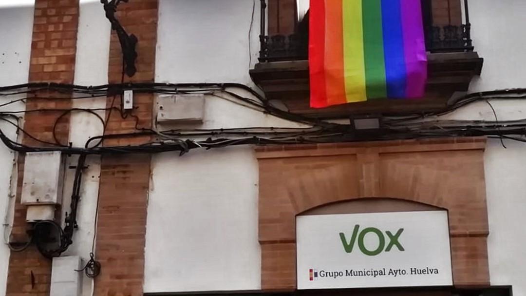 """La vecina que troleó a Vox colgando una bandera arcoiris justo encima de su sede: """"Hay que respetarse"""""""