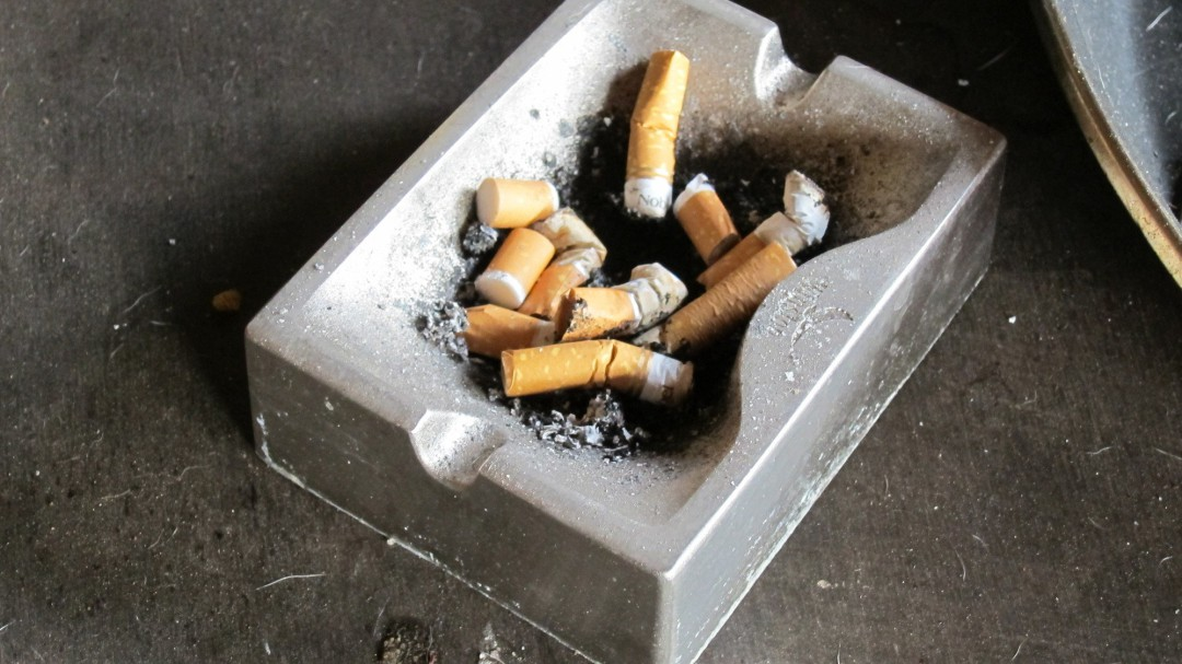 Sanidad advierte: el riesgo de contagio de COVID-19 en terrazas crece para fumadores y acompañantes