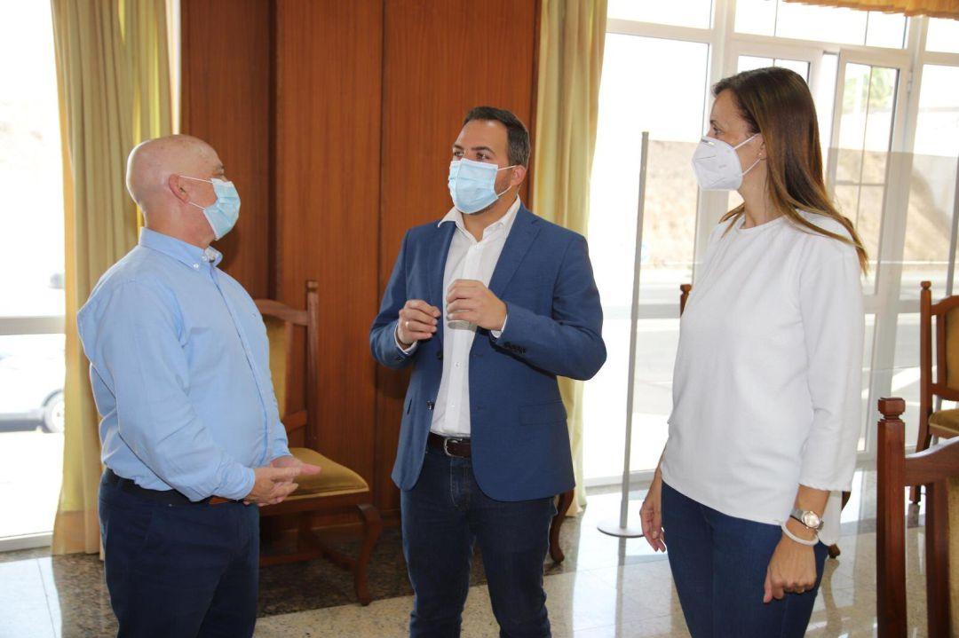 Jacobo Medina junto a los consejeros Nerea Santana y José Francisco Hernández.