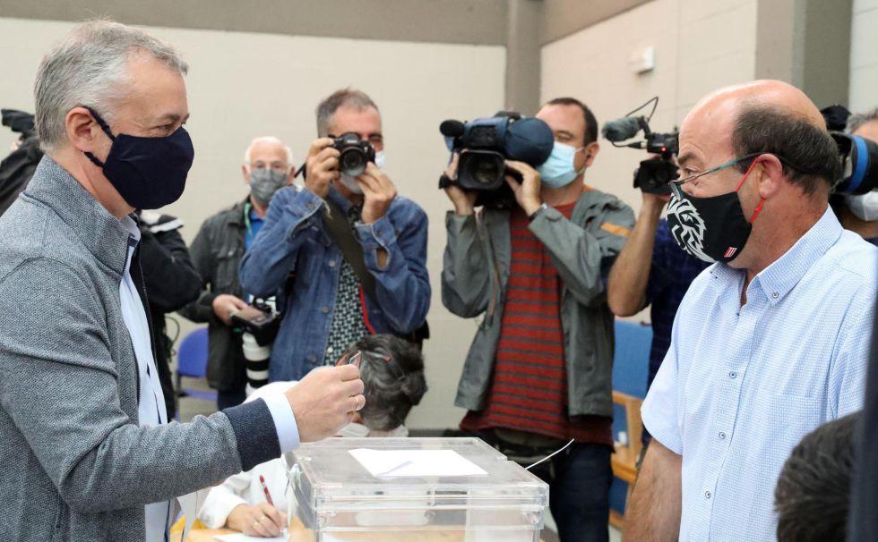 El lehendakari y candidato a la reelección Iñigo Urkullu, vota con mascarilla en la localidad vizcaína de Durango, respetando todas las medidas de seguridad ante la pandemia del coronavirus.