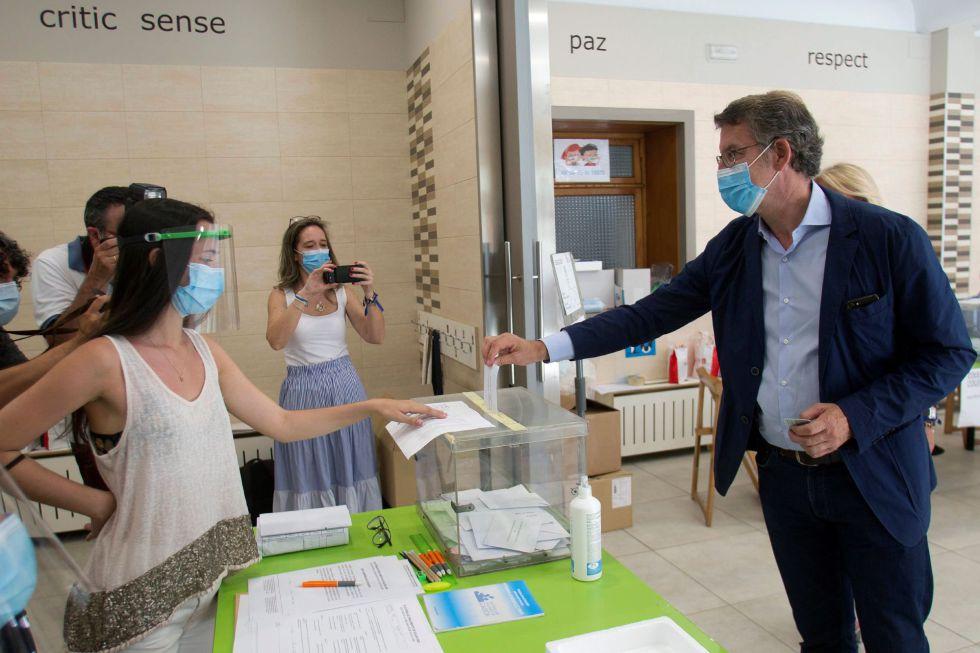 El actual presidente de la Xunta de Galicia y candidato por el Partido Popular, Alberto Núñez Feijóo, ha ejercido su derecho al voto en el colegio Niño Jesús de Praga, en Vigo.