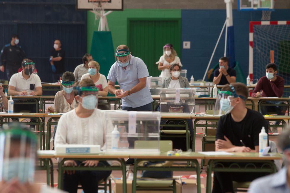 Minutos antes de comenzar a recibir votantes en las urnas dispuestas en un colegio de Burela (Lugo).