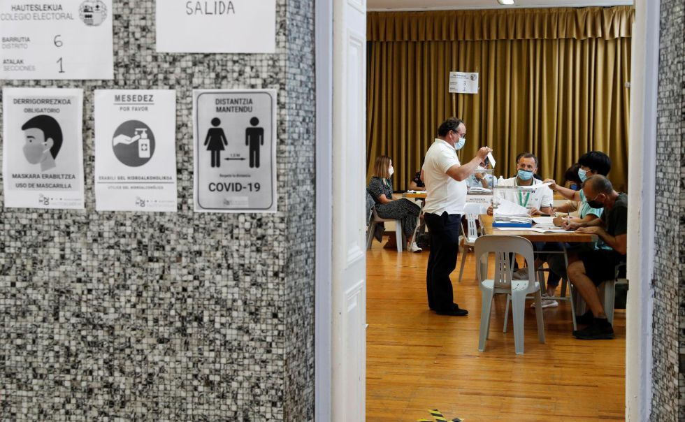 A la entrada de las 2.678 mesas electorales previstas para los comicios en Euskadi este domingo, pueden encontrarse indicaciones para evitar descuidos ante la pandemia que ha marcado estas elecciones.