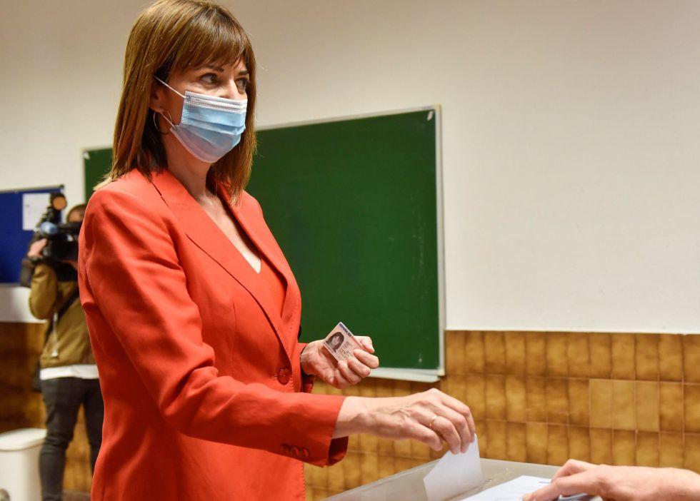 La candidata socialista a las elecciones vascas, Idoia Mendia, vota este domingo en un colegio electoral de Bilbao.