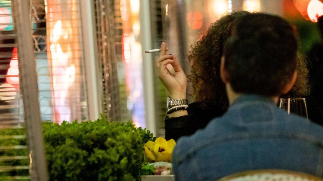 """La Sociedad Española de Salud Pública: """"Habría que prohibir fumar en terrazas, playas o piscinas"""""""