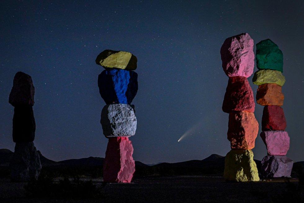 El cometa Neowise, visto desde la instalación artística 'Seven Magic Mountains', en el desierto de Las Vegas (EEUU).