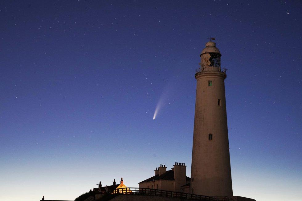 El cometa Neowise, pasando tras el faro Saint Mary's, en Whitley Bay (Inglaterra).