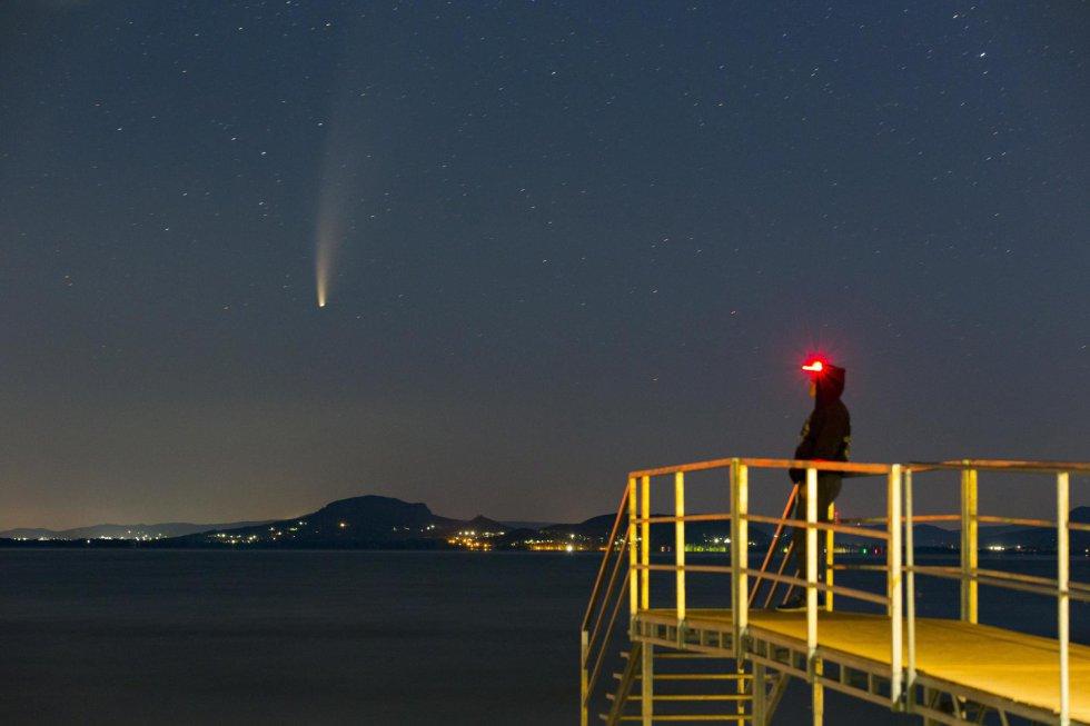 El cometa Neowise, visto desde Balatonmariafurdo (Hungría) tras la puesta de sol.