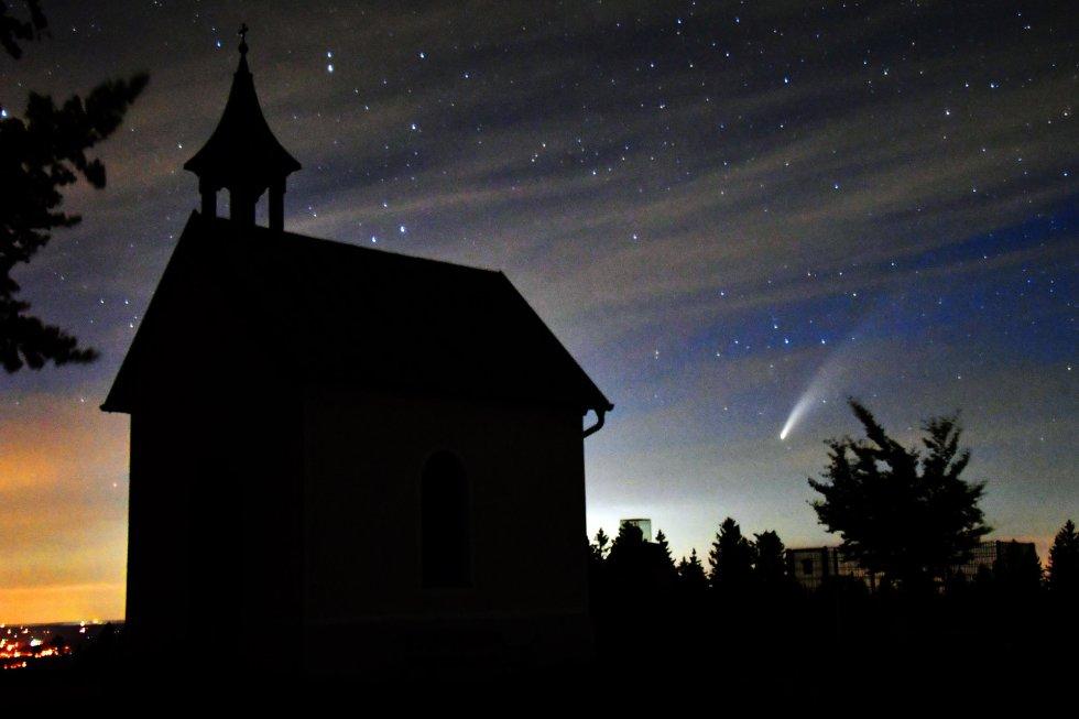El cometa Neowise, visto junto a una capilla del norte de Flachgau (Austria).