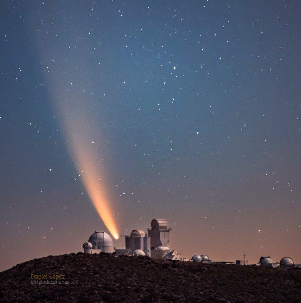 Imagen del cometa Neowise sobre el cielo nocturno de Canarias, tomada a las 5.48 horas de domingo 12 de julio, con ocho segundos de exposición en el Observatorio Astronómico del Teide, en Tenerife, por el astrofotógrafo Daniel López (@cielodecanarias, elcielodecanarias.com).