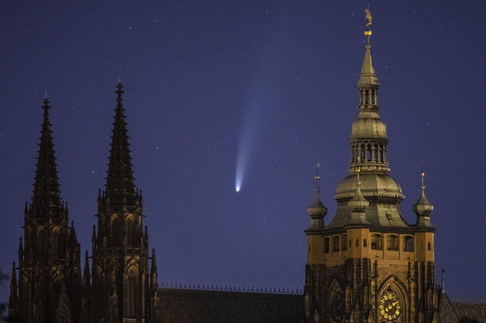 El cometa Neowise, sobrevolando el Castillo de Praga y la Catedral de San Vitus (República Checa).