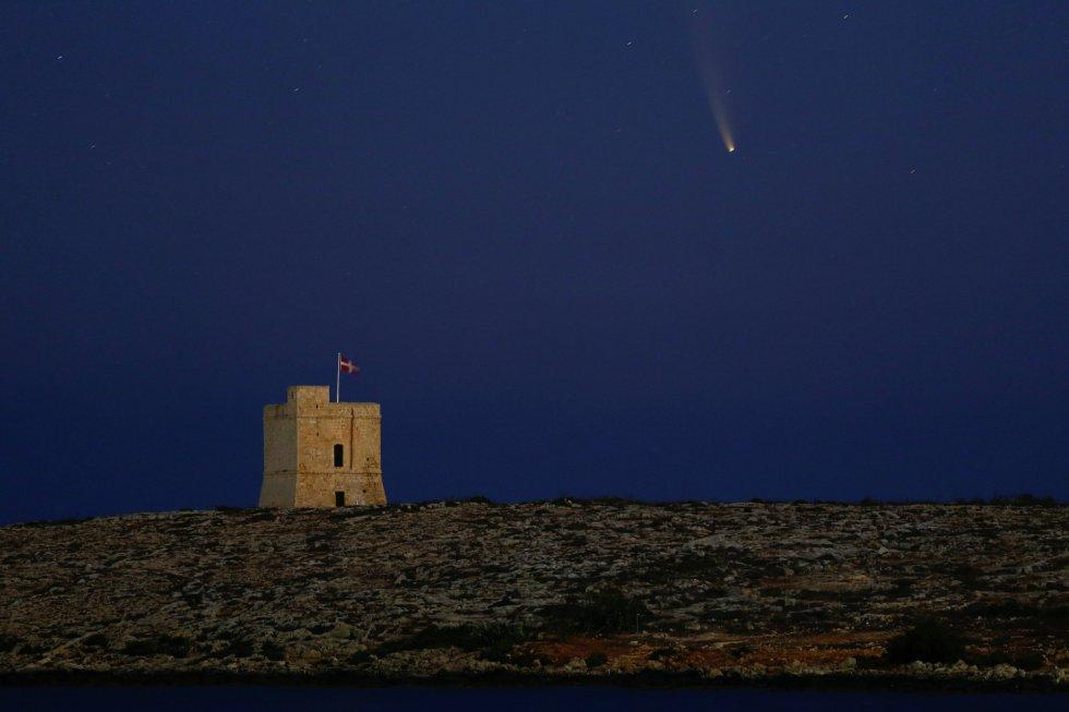 El cometa Neowise visto desde la Torre de San Marcos, cerca de la villa de Bahar ic-Caghaq (Malta).
