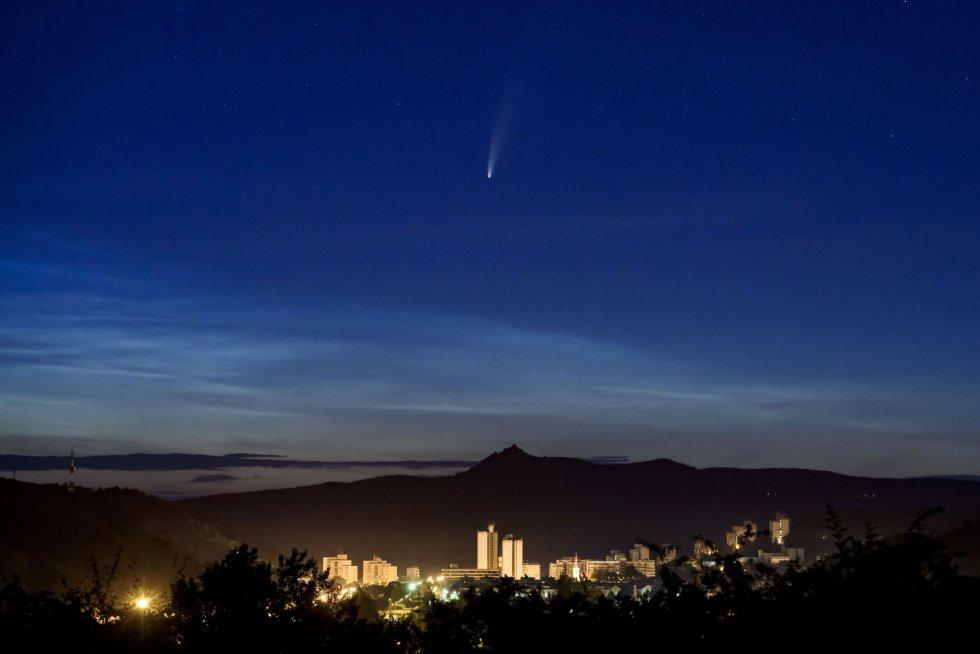 El cometa Neowise, visto desde Salgotarjan (Hungría).