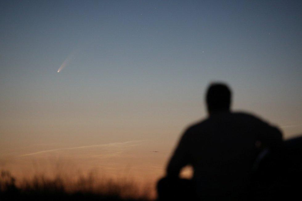 El cometa Neowise, visto desde Ballintoy (Reino Unido).