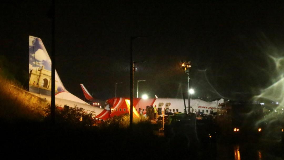 Al menos 11 muertos y 90 heridos al salirse un avión de la pista en el sur de la India