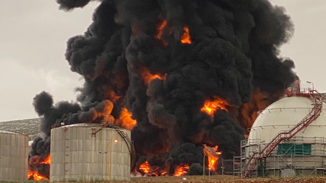 Un rayo cae en el Complejo de Repsol en Puertollano y provoca un incendio en un tanque de residuos
