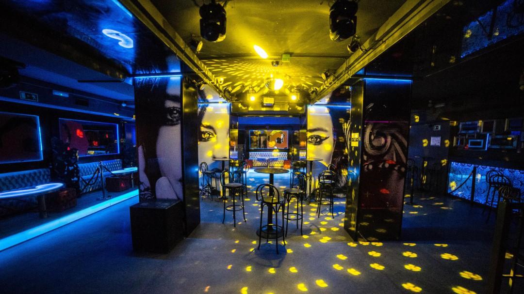 Sanidad y las autonomías acuerdan prohibir fumar en la calle y el cierre de discotecas en toda España