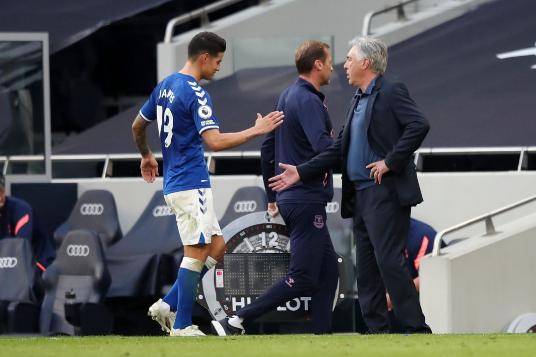 James saluda a Ancelotti, en su debut con el Everton, este domingo