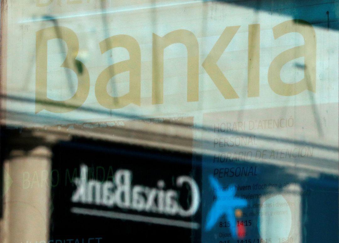 Logos de Caixabank y Bankia.