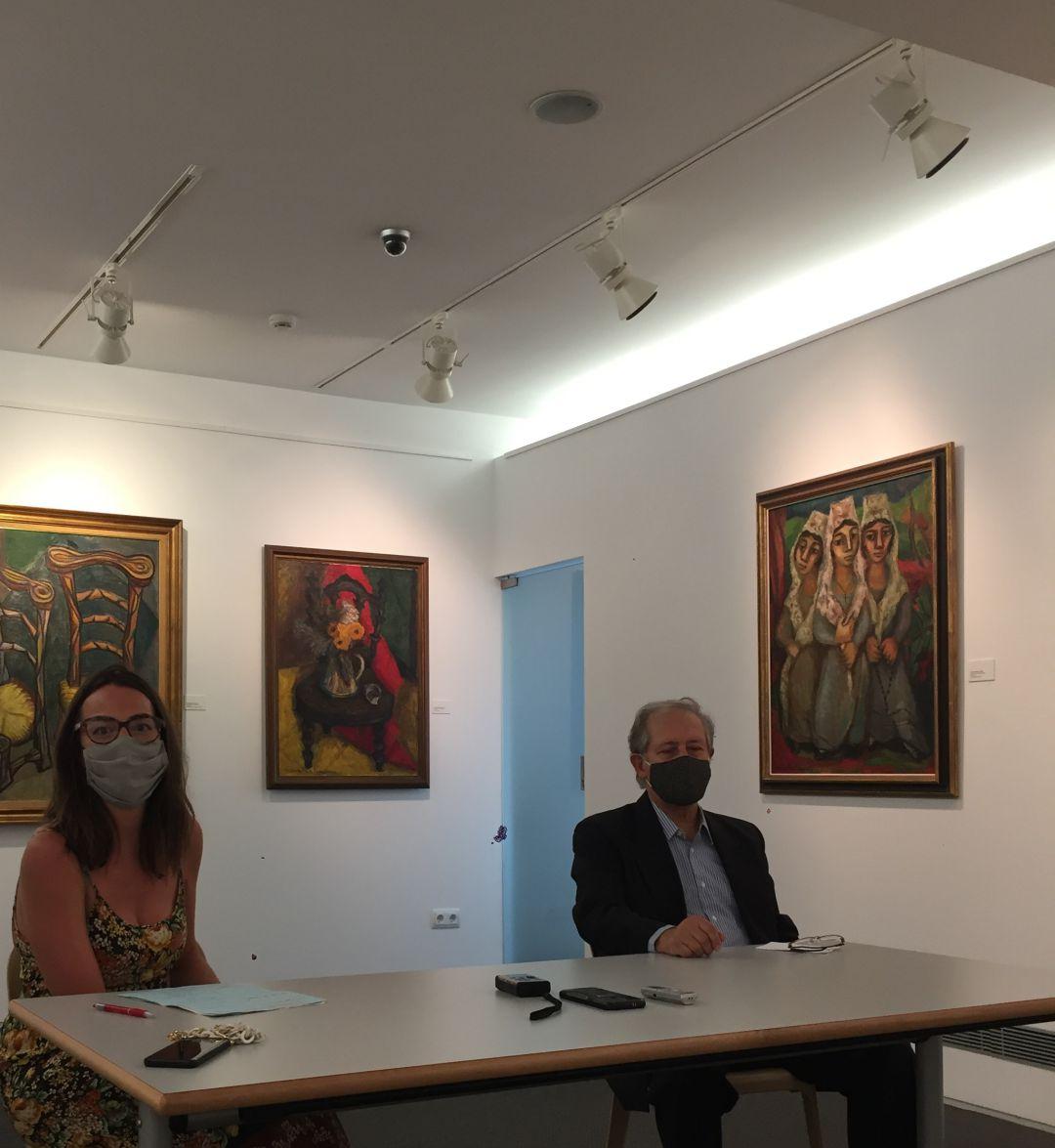 La delegada de Cultura, Juncal Eizaguirre junto con el comisario de la exposición, Iñaki Ruiz de Eguino, en la presentación de la exposición