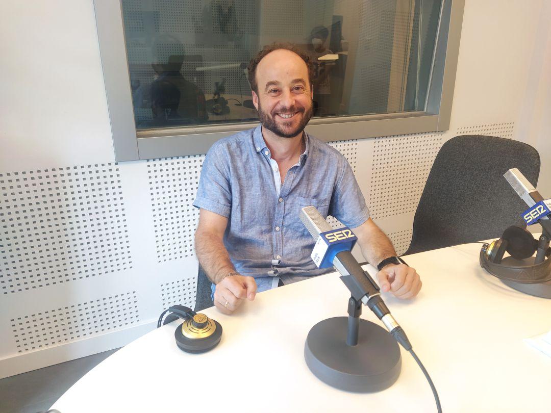 Ángel Ramos, uno de los responsables de la Kinendu ,en los estudios de Radio Irun.
