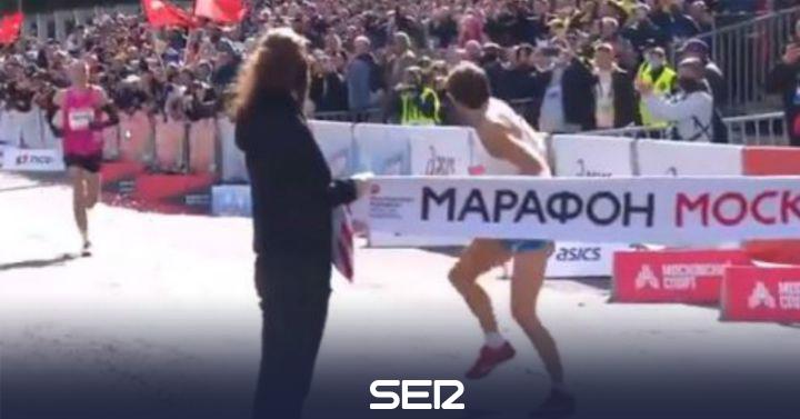 El indignante gesto del campeón de maratón de Moscú a su llegada a meta