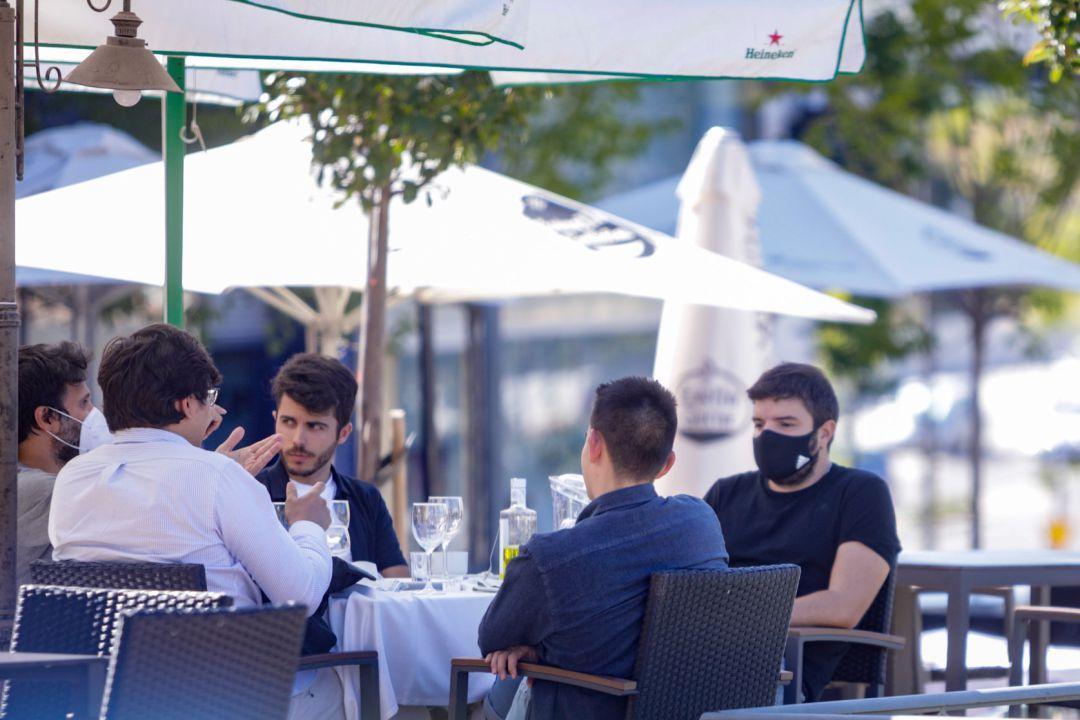 Clientes en una terraza de un bar, en Madrid