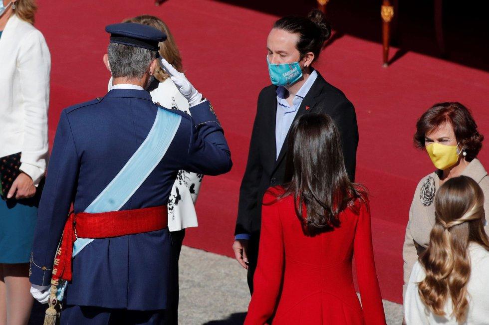 El rey Felipe saluda al vicepresidente segundo del Gobierno, Pablo Iglesias, ante la reina Letizia y la vicepresidenta, Carmen Calvo