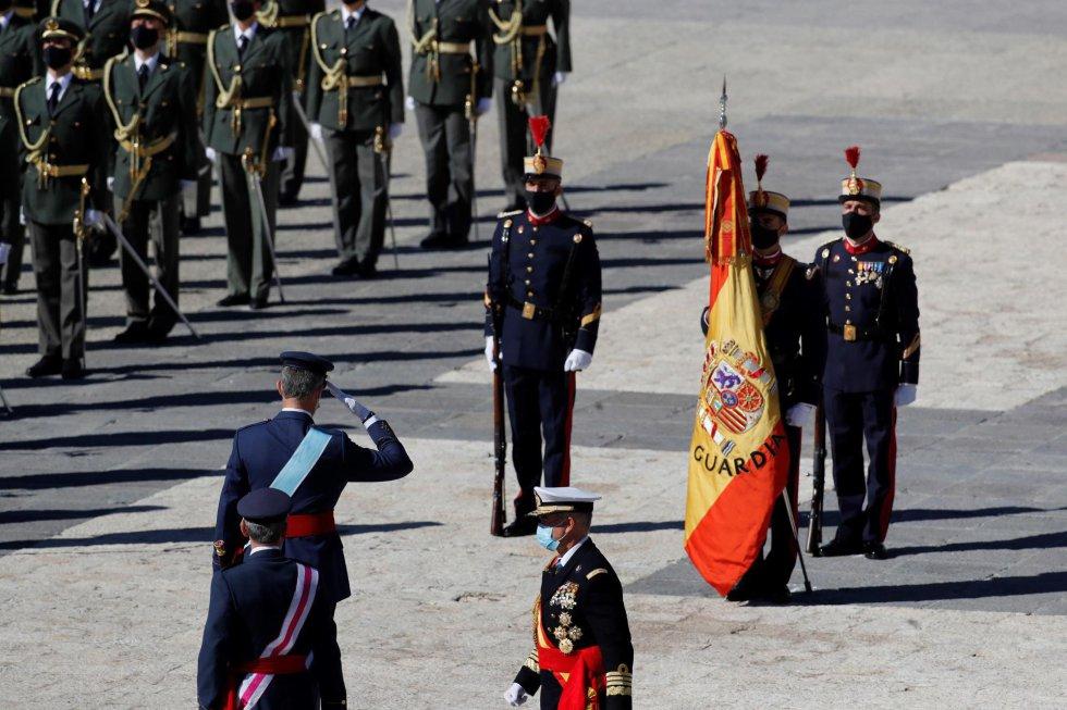 El rey Felipe saluda a las tropas a su llegada al acto organizado con motivo del Día de la Fiesta Nacional