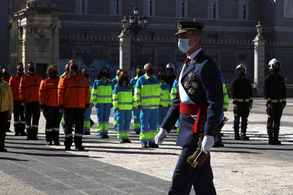 El rey Felipe saluda a su llegada al acto organizado con motivo del Día de la Fiesta Nacional