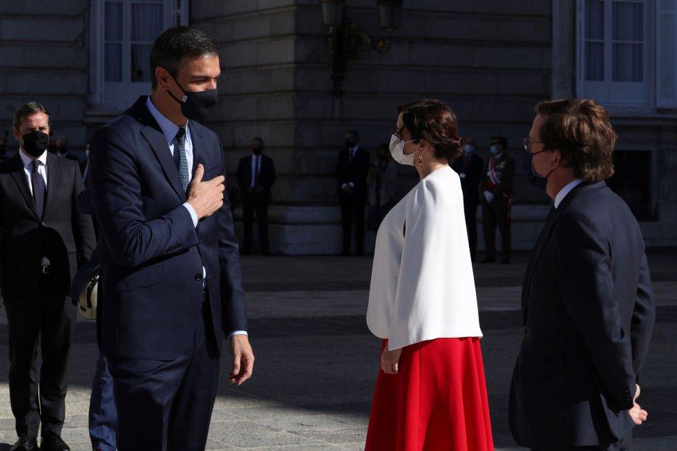 El presidente del Gobierno, Pedro Sánchez conversa con el alcalde de Madrid, José Luis Martínez Almeida y la presidenta de la Comunidad de Madrid, Isabel Díaz Ayuso