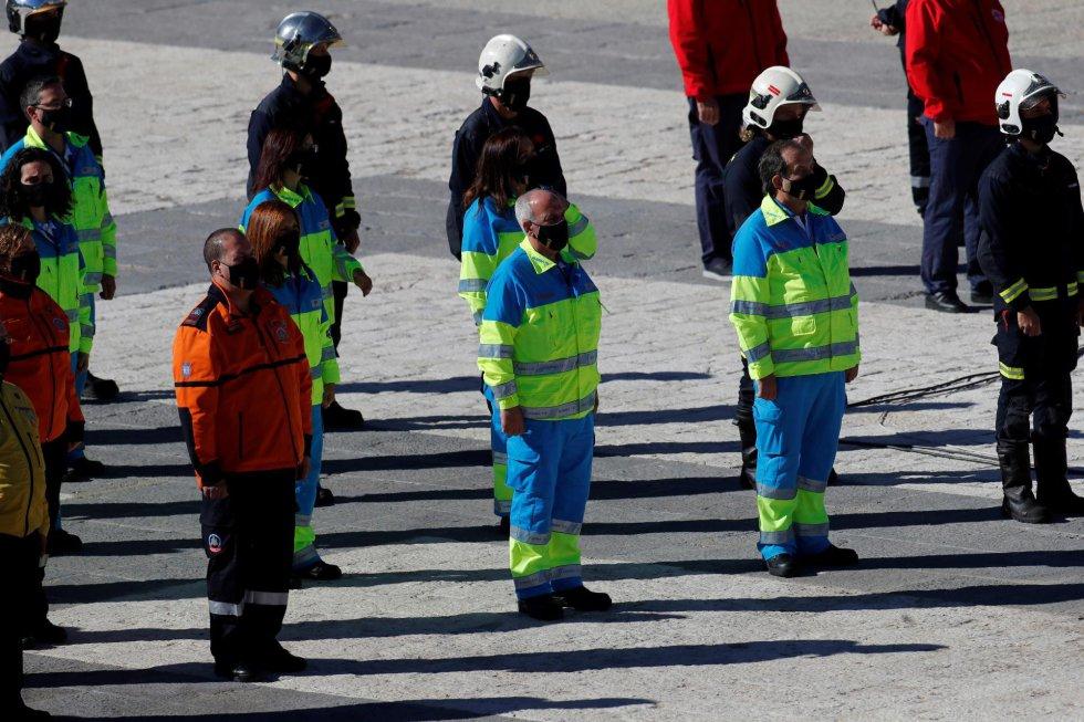 Bomberos y miembros de los servicios de emergencia participan en el desfile terrestre en el que se pretende rendir homenaje a todos los que están luchando contra la COVID-19