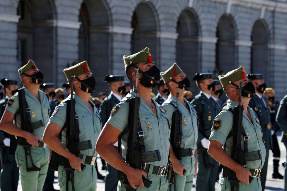 Los miembros de la Legión participan en el desfile terrestre en el que se pretende rendir homenaje a todos los que están luchando contra la COVID-19