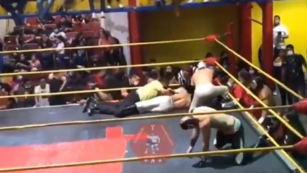 """Muere el luchador mexicano """"Príncipe Aéreo"""" en plena pelea por dos golpes en el pecho"""