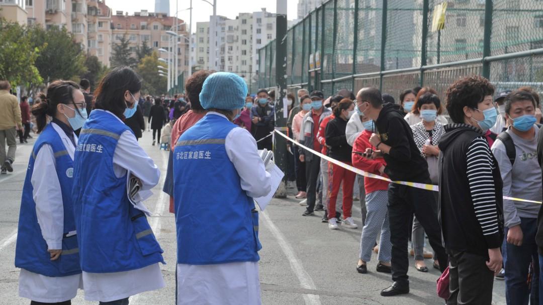 China halla una muestra viva de coronavirus en un embalaje de bacalao congelado